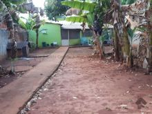 Com casa simples com terreno amplo