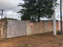 Terreno murado com portão